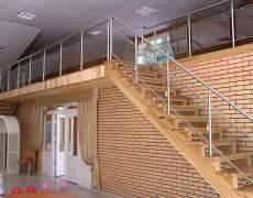 Ограждения со стеклом на деревянной лестнице